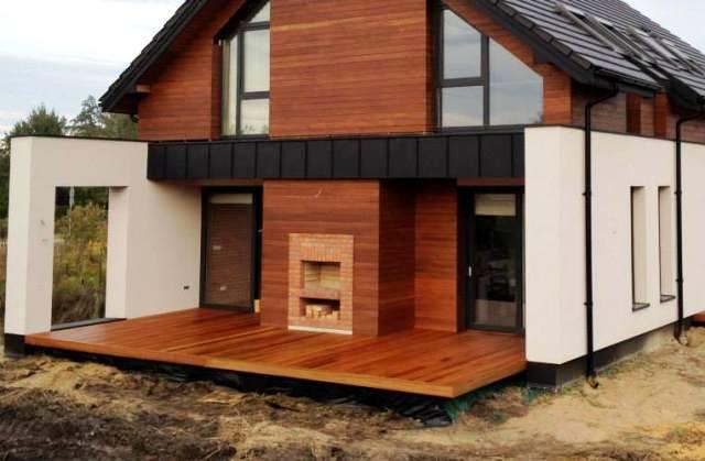 Taras drewniany z betonowymi osłonami konstrukcyjnymi