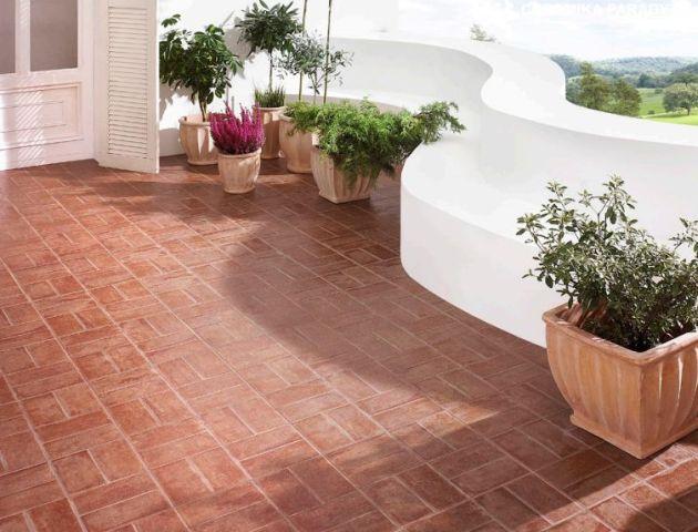 Płytki ceramiczne mogą imitować rustykalne, ręcznie formowe włoskie cotto