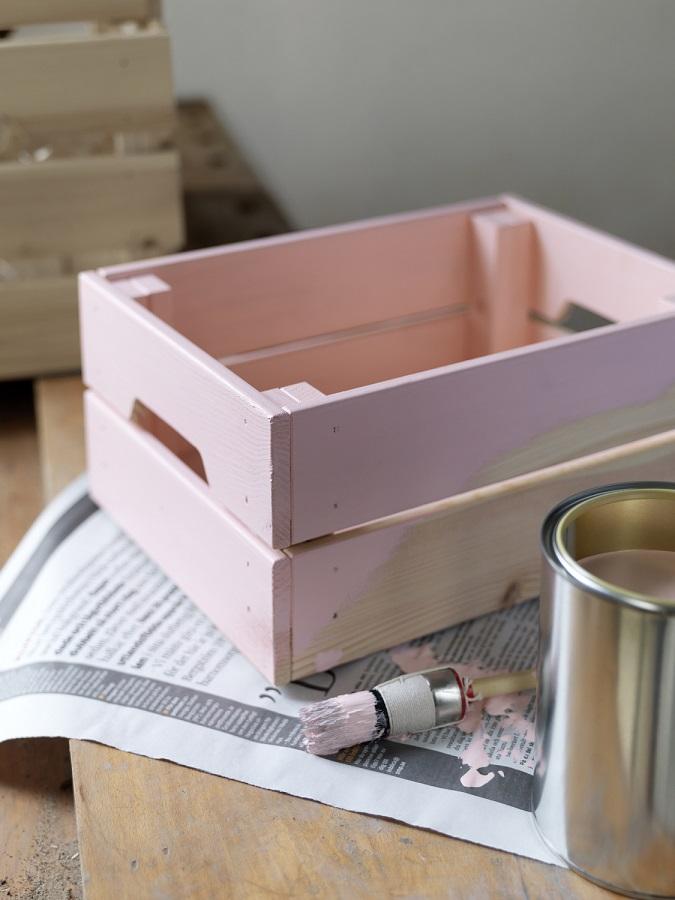 Dekoracje w stylu prowansalskim możemy stworzyć samodzielnie. Pomalowana farbą w kolorze pudrowego różu drewniana skrzynka będzie piękną oprawą dla roślin. fot. IKEA