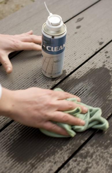 Stosując środki do czyszzenia tarasów należy przestrzegać zaleceń producenta. fot. Twinson